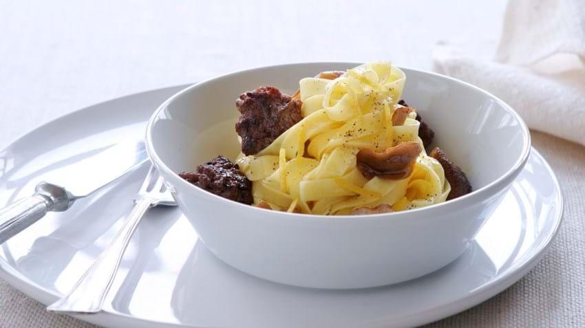 Oksekød med svampe og trøffelolie på pastabund