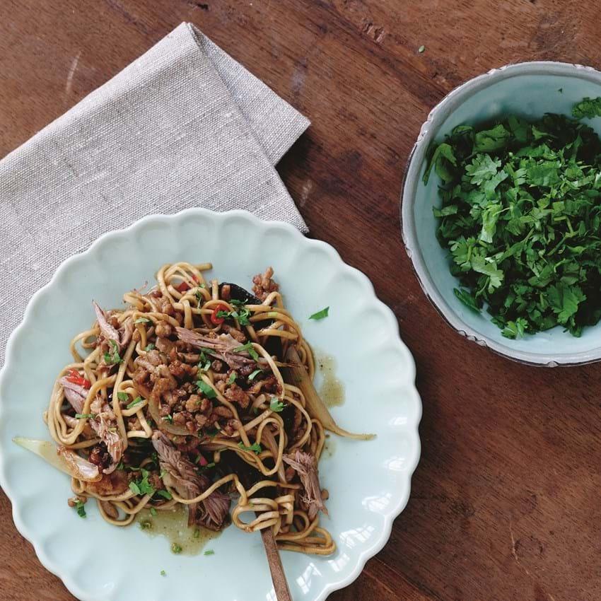 Stegt and og svinekød med nudler a la thai