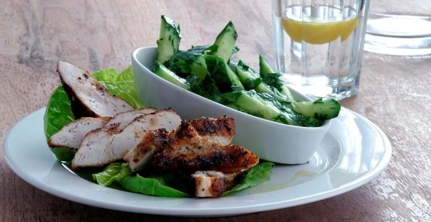 Krydrede kyllingebryster med agurk og persillesalat