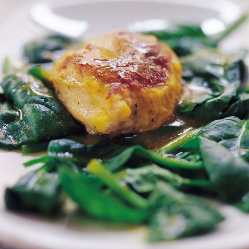 Fiskefrikadeller med torsk og laks serveret med spinat og karry