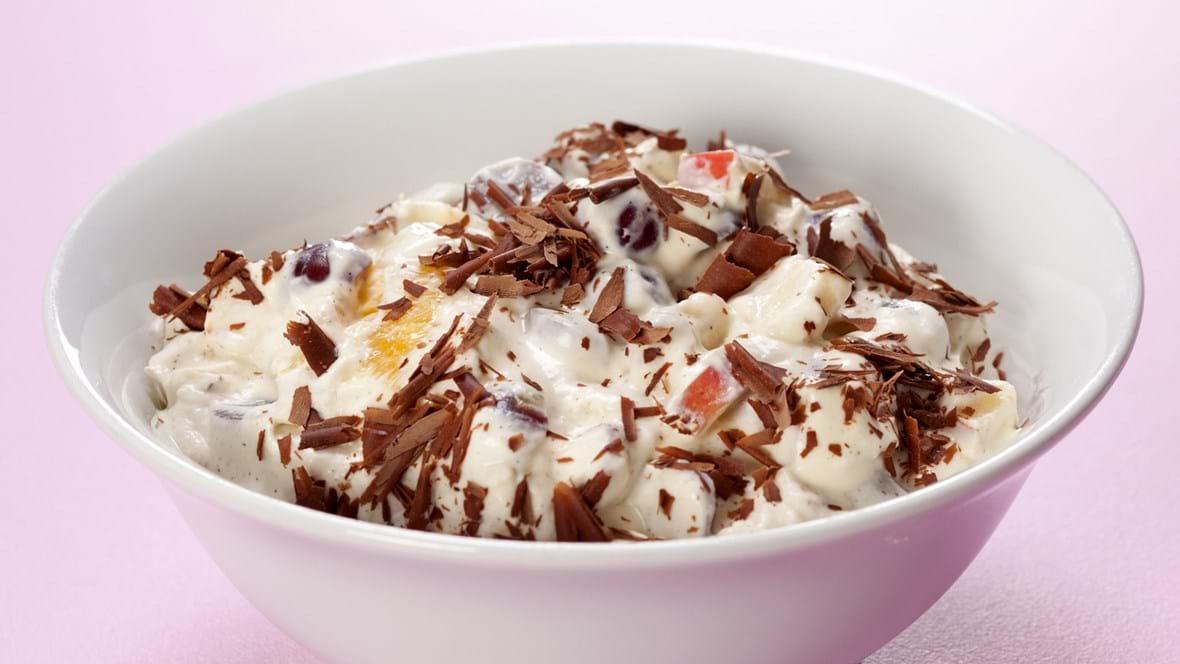 Cremet frugtsalat med chokolade