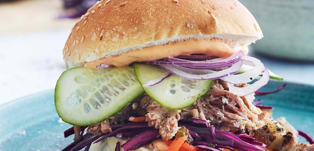 Pulled pork burger med rødkålssalat, syltet agurk og spicy mayonnaise