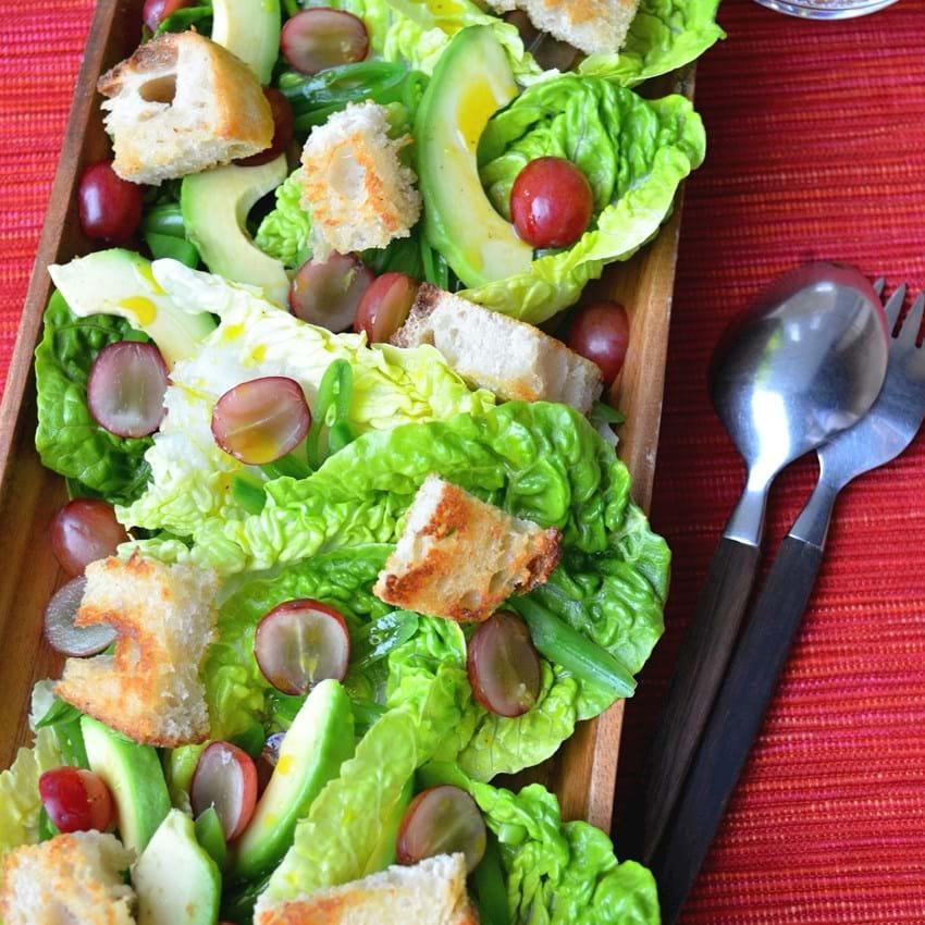 Sprød salat med vindruer, slikærter og avocadodressing