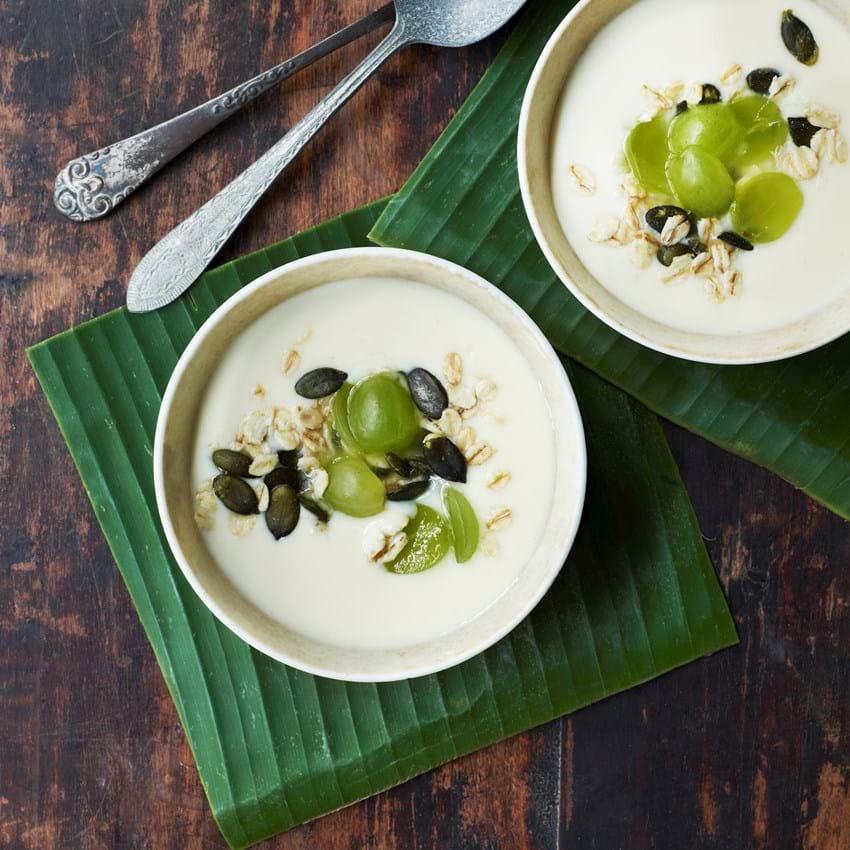 Mangoyoghurt med druer og kokosknas
