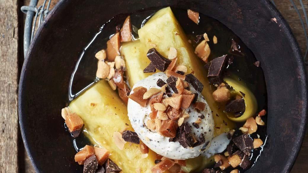 Bagt ananas med karamelknas