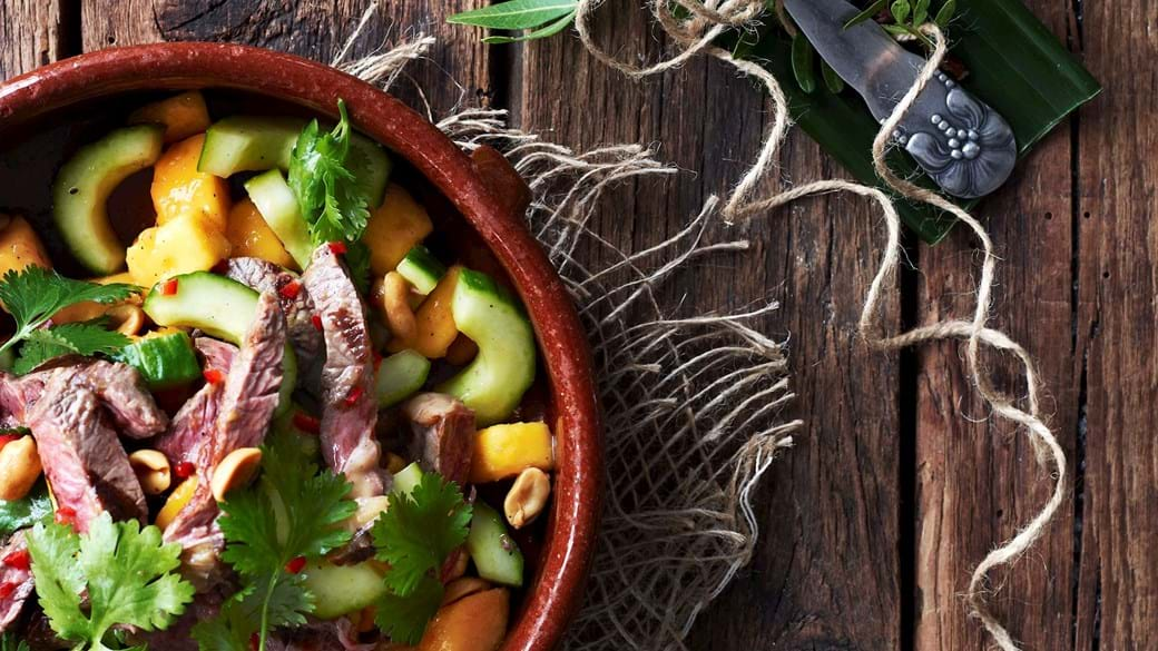 Hot oksekødssalat med mango og agurk