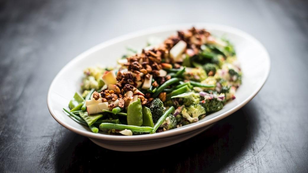 Salat med broccoli, bønner, nødder og dressing