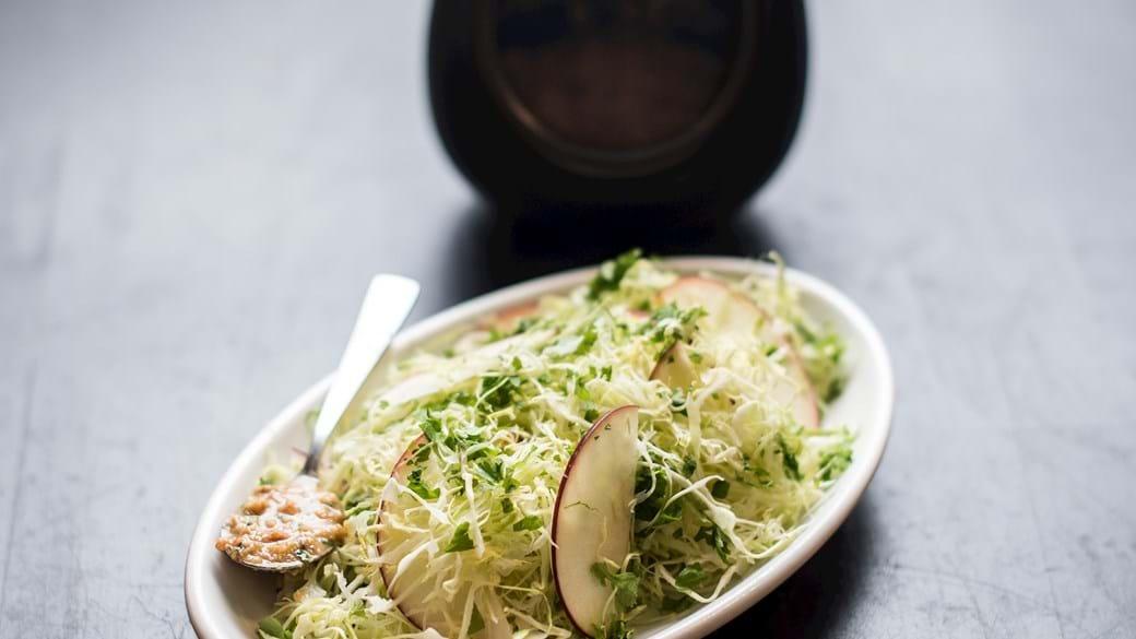 Salat med spidskål, æble, fennikel og marinade