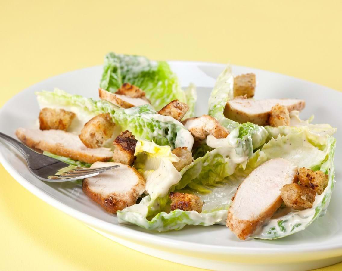 Cæsar salat – Cremet salat med kylling og ristede brødtern