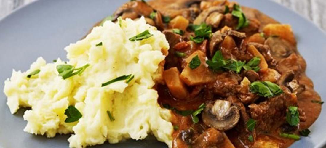 Bøf-stroganoff opskrift med selleri og kartoffelmos- se her