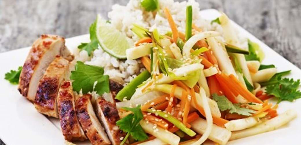 Ingefær kylling i fad med wokgrønsager