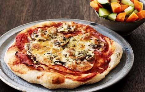 Pizza med skinke og champignon
