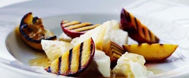 Grillede ferskner med gedeost og honning
