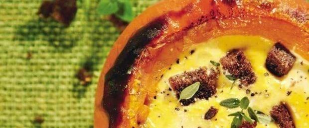 Græskarsuppe serveret i græskar