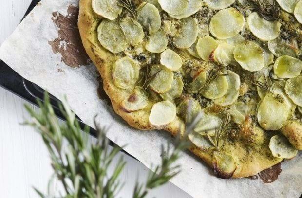 Kartoffelpizza med pesto, blå ost og rosmarin