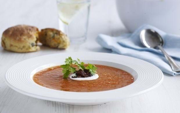 Tomatsuppe med chorizo og cremefraiche