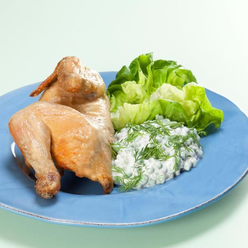 En halv kylling med salat og cremede hvidløgsærter