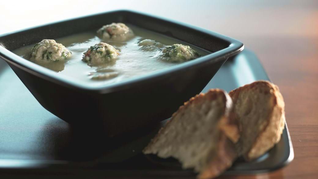 Rodfrugtsuppe med krydrede kødboller