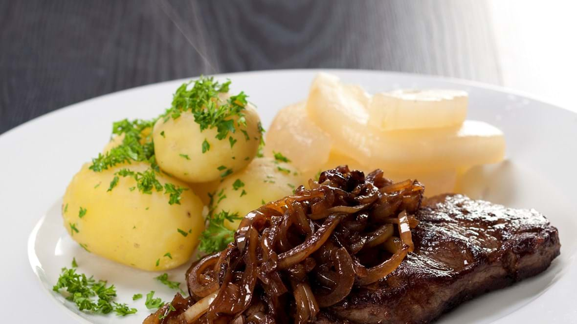 Engelsk bøf med bløde løg og kartofler
