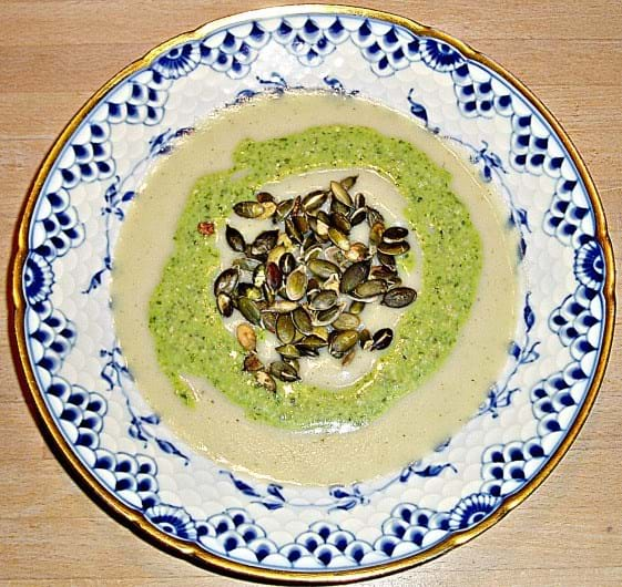 Sellerisuppe med med pesto og ristede græskarkerner (Vita Damsø)