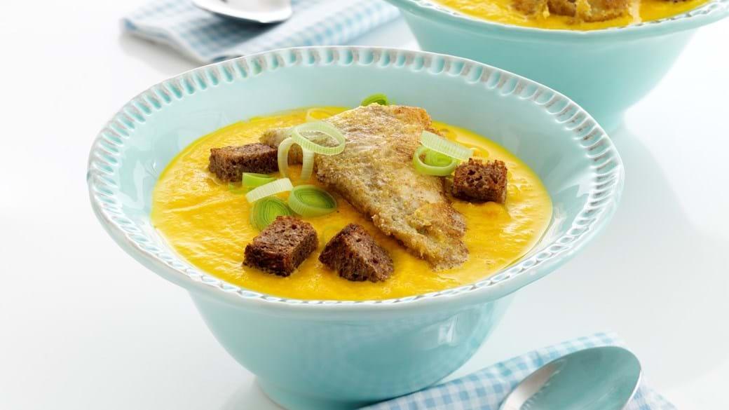 Gulerodssuppe med sprøde fiskefileter