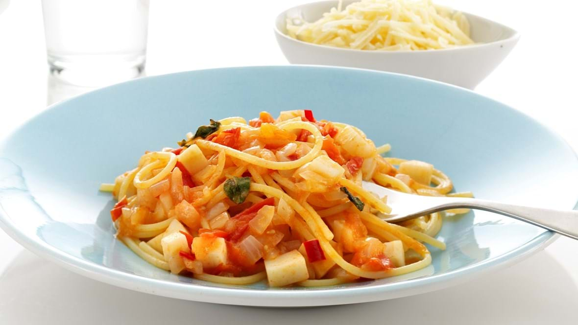 Spaghetti med grøntsager og chilikrydret tomatsovs