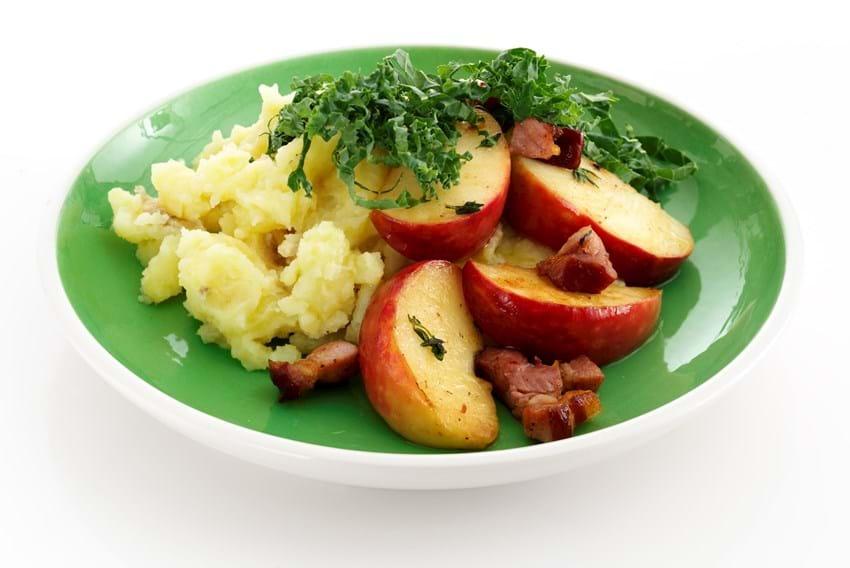 Grov kartoffelmos med bacon, æblestykker med timian og grønkålsdrys