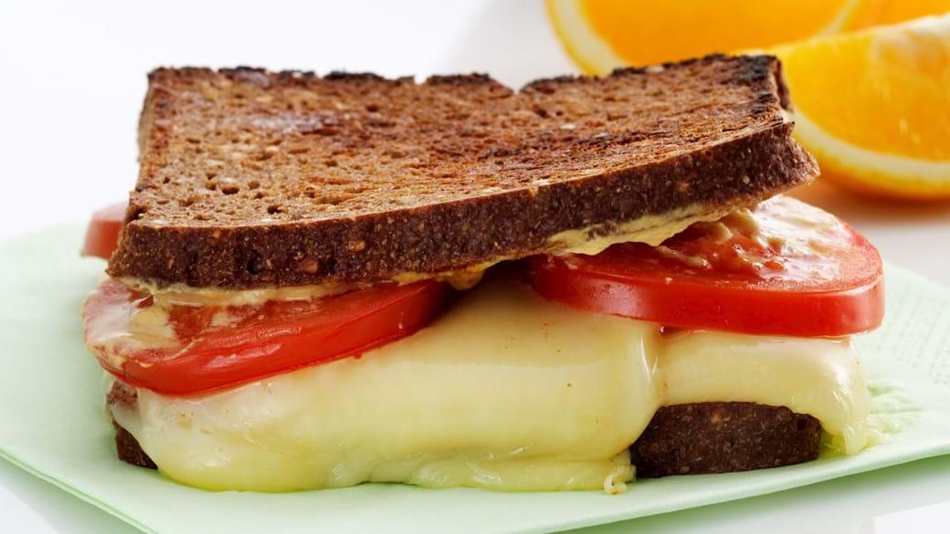 Varme rugbrøds-sandwich