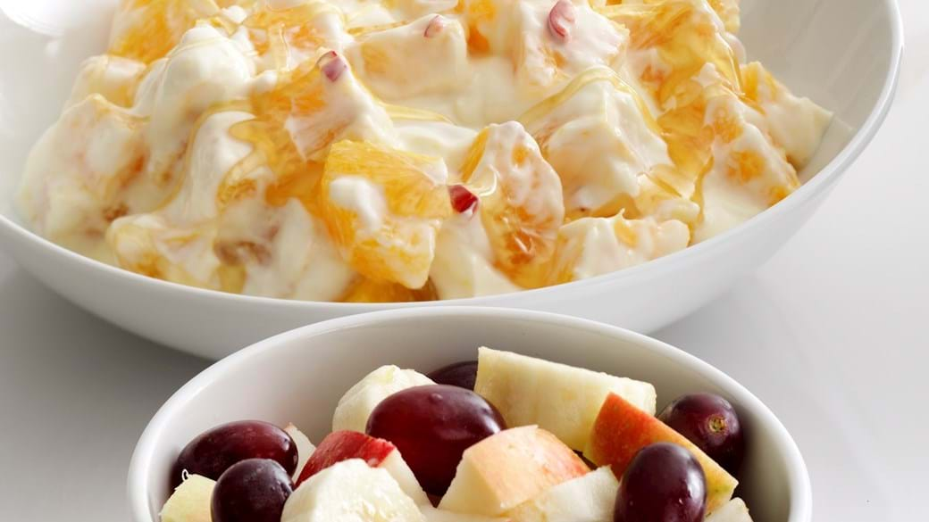 Grove pandekager med frugtsalat