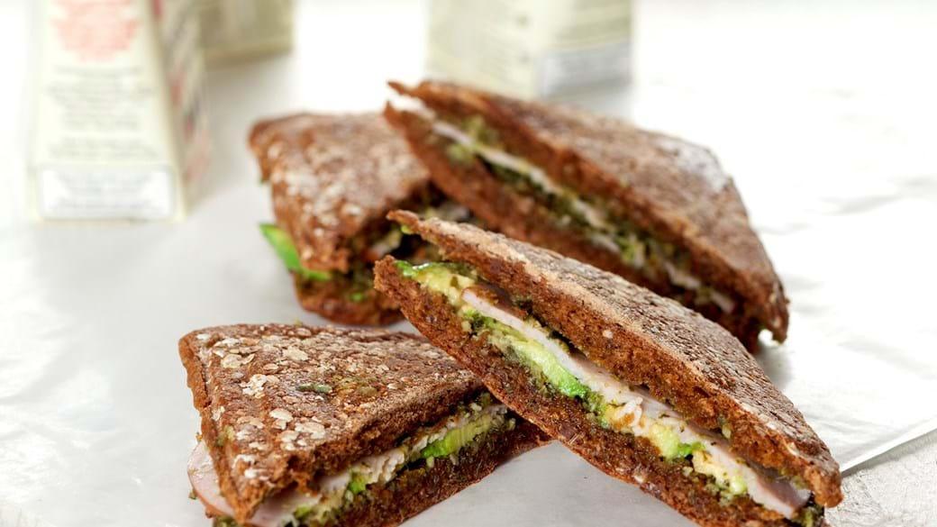 Flad sandwich med pesto, avocado og kylling