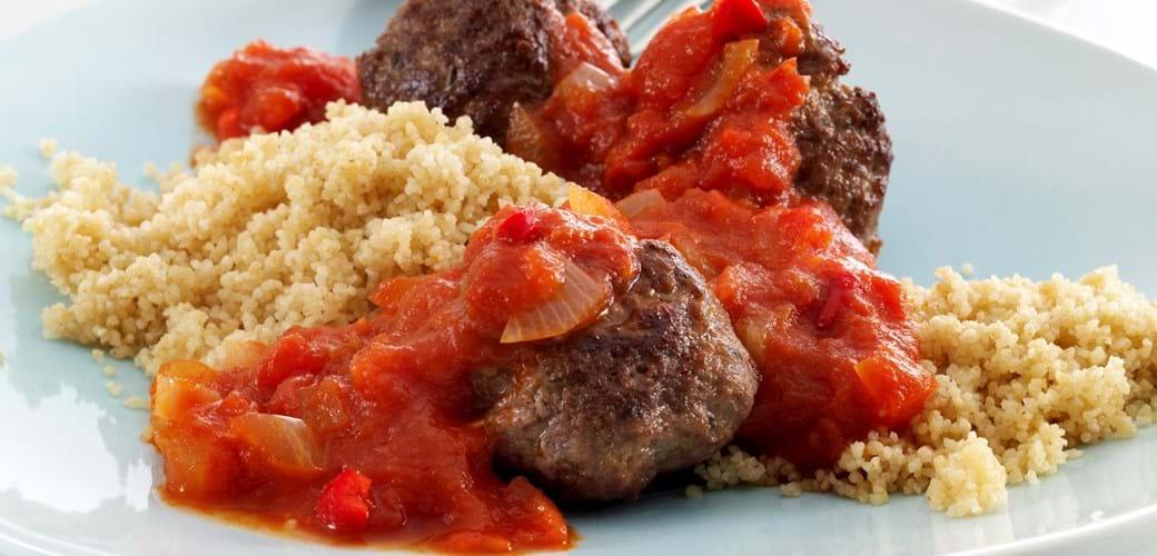 Krydrede kødboller med chilisovs og couscous