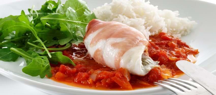 Fiske-skinkeruller med tomatsovs