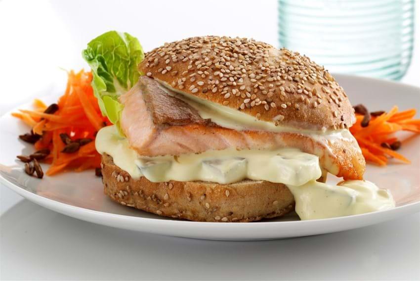 Burger med laks og gulerodssalat