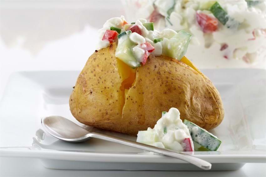 Bagekartofler med hytteostsalat