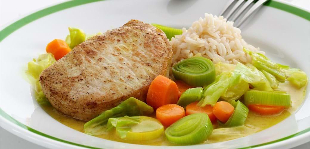 Koteletter med grøntsager i karry og kokosmælk