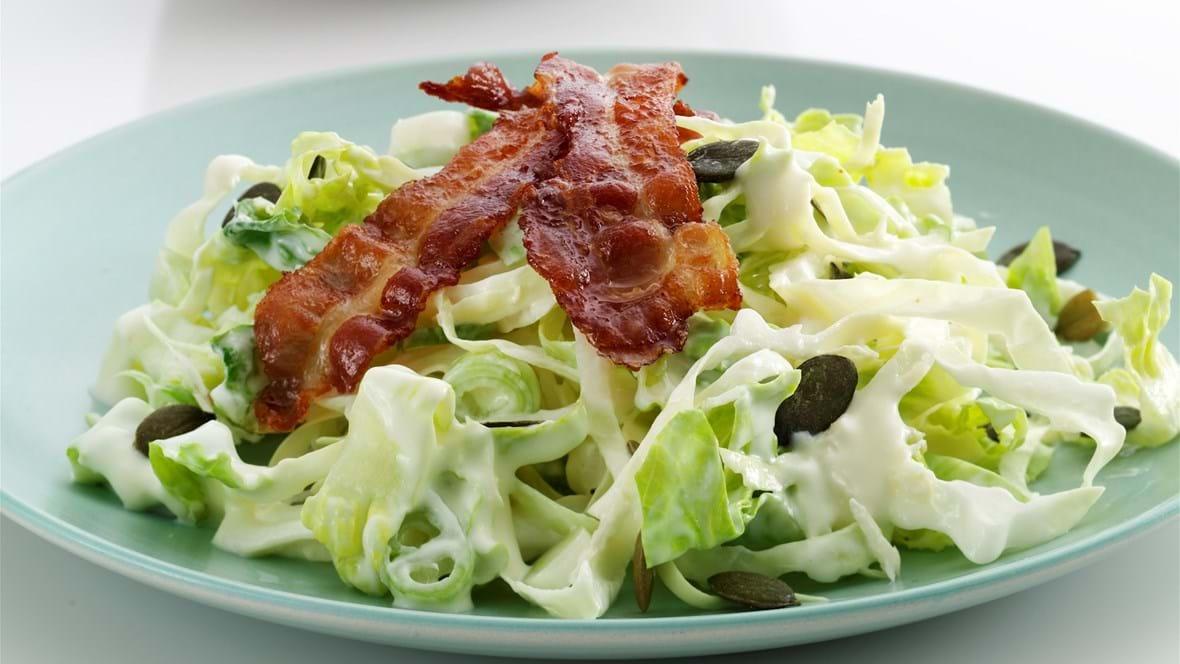 Coleslaw med spidskål, peberrod og bacon