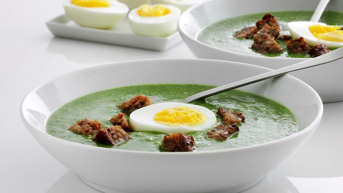 Grøn suppe med æg og ristet rugbrød