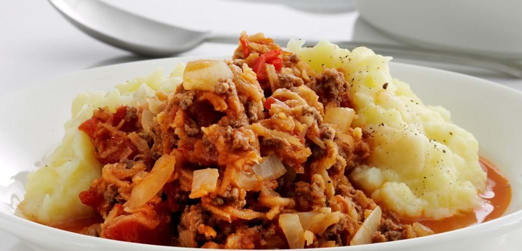 Kartoffel-pastinakmos med chilikrydret kødsovs