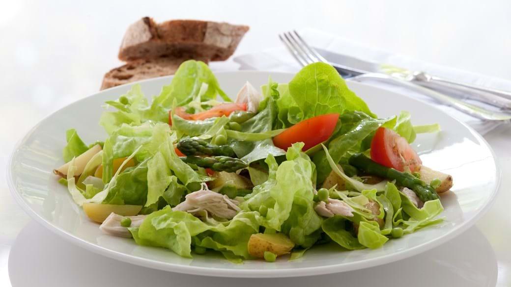 Salat med kylling, asparges, ærter og kartofler