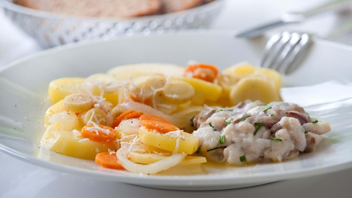 Ovnbagt fiskebøf med varm kartoffelsalat og peberrod