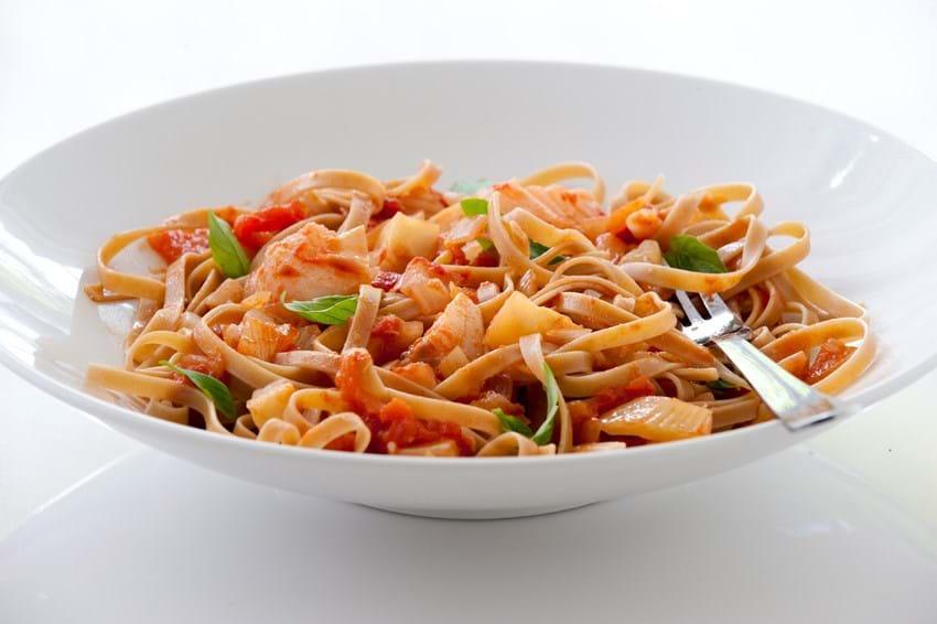 Pasta med fiske- og tomatragout