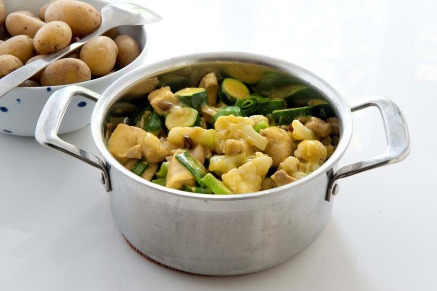 Kylling i karrysovs med sommergrøntsager og kartofler