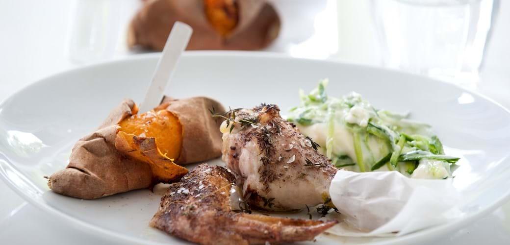 Spicy kylling med ovnbagte søde kartofler og yoghurt med agurk