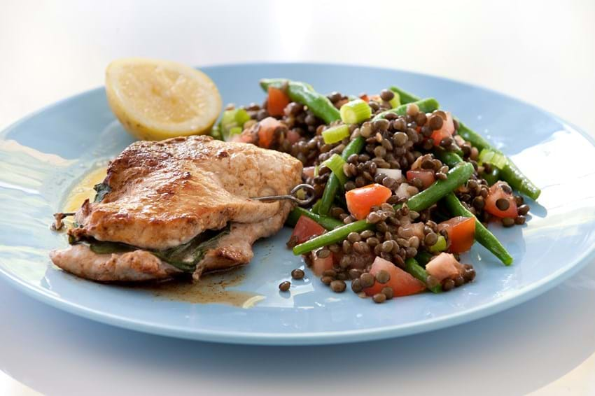 Skinkeschnitzler med basilikum og bønnesalat med tomat og linser
