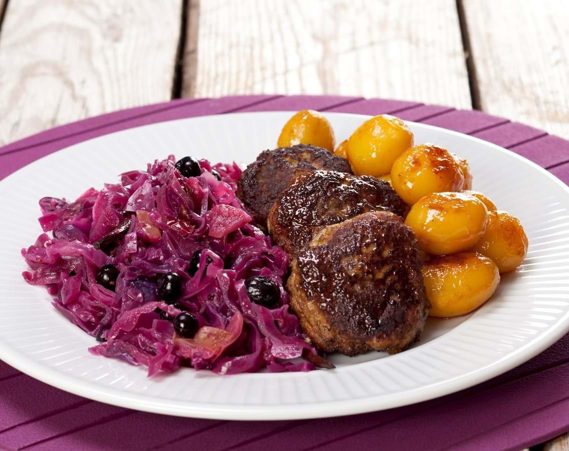 Frikadeller med rødkål og brune kartofler