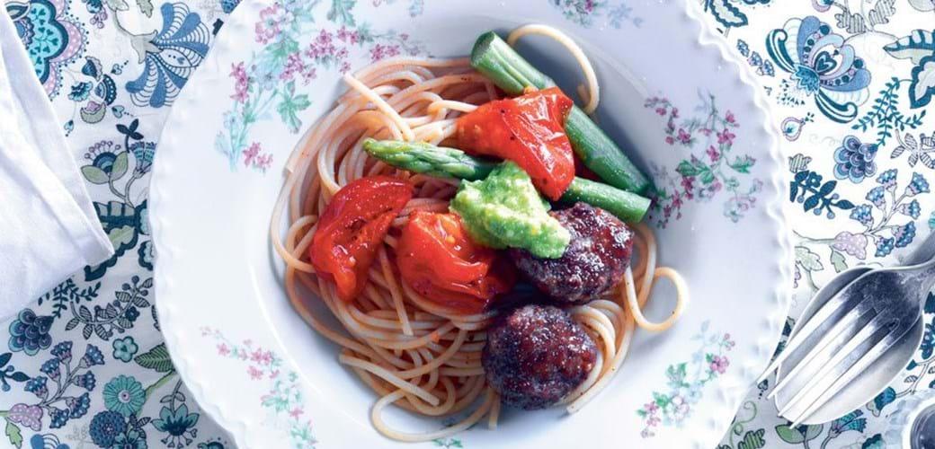 Spaghetti og kødboller med asparges pesto