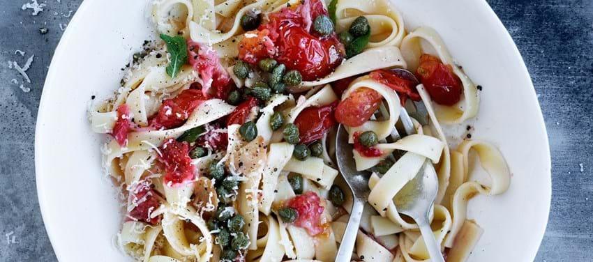 Pasta med tomatsauce krydret med jordbær og salvie