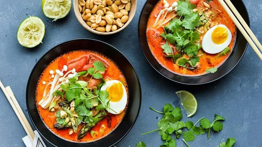 Rød karrysuppe med sprødt grønt, nudler & æg