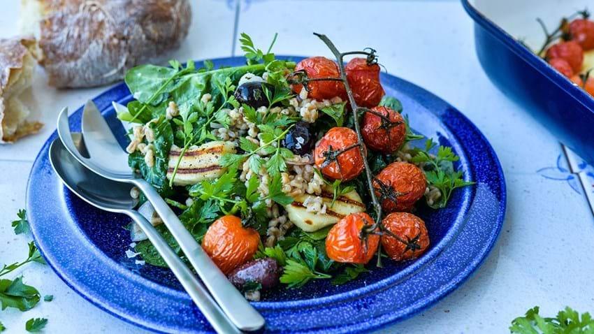 Lun speltsalat med halloumi & bagte tomater