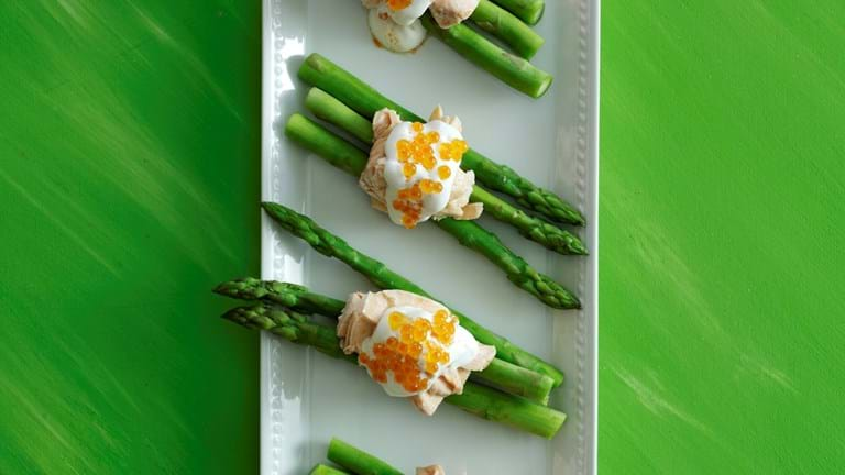 Indkogt laks med asparges